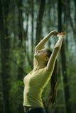 Mujer que estira al aire libre Fotografía de archivo