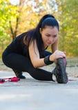 Mujer que estira antes de entrenar Imagen de archivo libre de regalías