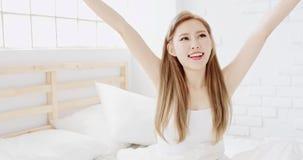 Mujer que estira después de despertar fotografía de archivo