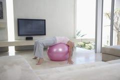 Mujer que estira en bola de la aptitud Fotografía de archivo libre de regalías