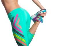 Mujer que estira las piernas foto de archivo