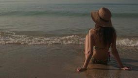 Mujer que estira los brazos en la costa metrajes
