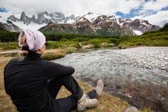 Mujer que estira por un río en las montañas Fotografía de archivo libre de regalías