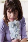 Mujer que estornuda foto de archivo