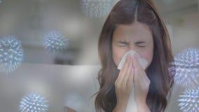 Mujer que estornuda mientras que sufre de alergia y de la célula bacteriana almacen de metraje de vídeo