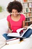 Mujer que estudia difícilmente y que toma notas Imagen de archivo libre de regalías