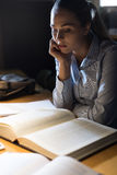Mujer que estudia tarde en la noche Fotos de archivo libres de regalías