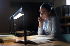 Mujer que estudia tarde en la noche Imagen de archivo libre de regalías