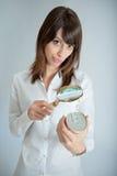 Mujer que examina la etiqueta de la nutrición Foto de archivo libre de regalías