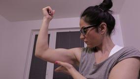 Mujer que examina sus músculos almacen de video
