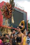Mujer que exhibe el número del pueblo durante la ceremonia de Nyepi Fotografía de archivo