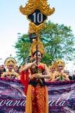 Mujer que exhibe el número del pueblo durante la ceremonia de Nyepi Foto de archivo