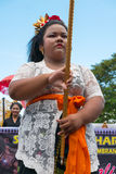 Mujer que exhibe el número del pueblo durante la ceremonia de Nyepi Imagen de archivo