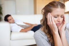 Mujer que experimenta dolor de cabeza imagenes de archivo