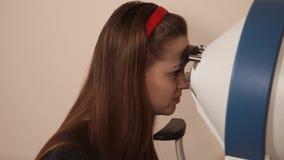 Mujer que experimenta un procedimiento de Visionometry para determinar agudeza visual almacen de metraje de vídeo