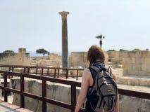 Mujer que explora las ruinas romanas de Kourion en Chipre Fotografía de archivo