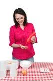 Mujer que exprime la salsa de tomate foto de archivo libre de regalías