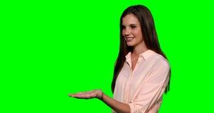 Mujer que finge tocar la pantalla digital metrajes