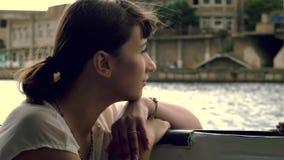 Mujer que flota en el barco almacen de metraje de vídeo