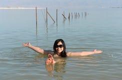 Mujer que flota en el mar muerto Fotos de archivo
