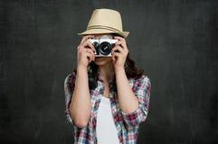 Mujer que fotografía con la cámara del vintage foto de archivo