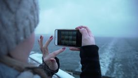 Mujer que fotografía el mar frío del barco metrajes