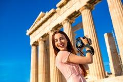Mujer que fotografía el templo del Parthenon en acrópolis Foto de archivo libre de regalías
