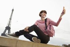 Mujer que fotografía en Front Of Eiffel Tower Fotografía de archivo