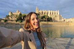 Mujer que fotografía un selfie en Palma de Mallorca Cathedral Foto de archivo libre de regalías