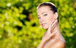 Mujer que frota ligeramente su piel limpia fresca de la cara Foto de archivo libre de regalías