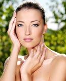 Mujer que frota ligeramente su piel limpia fresca de la cara Fotografía de archivo