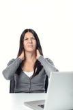 Mujer que frota su cuello para aliviar tiesura Imágenes de archivo libres de regalías