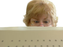 Mujer que frunce el ceño que mira el ordenador Imagen de archivo libre de regalías