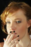 Mujer que fuma Fotos de archivo libres de regalías