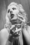 Mujer que fuma con martini. Foto de archivo libre de regalías