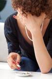 Mujer que fuma deprimida Foto de archivo