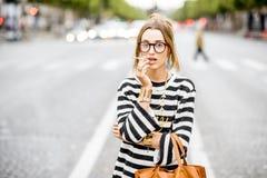 Mujer que fuma en la calle Fotos de archivo libres de regalías