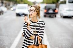Mujer que fuma en la calle Foto de archivo libre de regalías