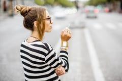 Mujer que fuma en la calle Fotografía de archivo