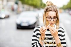 Mujer que fuma en la calle Fotos de archivo