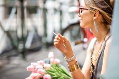 Mujer que fuma en la ciudad de Amsterdam Foto de archivo libre de regalías
