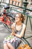 Mujer que fuma en la ciudad de Amsterdam Fotos de archivo libres de regalías
