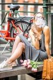 Mujer que fuma en la ciudad de Amsterdam Fotografía de archivo libre de regalías