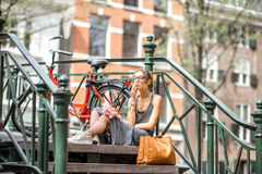 Mujer que fuma en la ciudad de Amsterdam Imagen de archivo