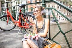 Mujer que fuma en la ciudad de Amsterdam Fotos de archivo