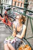Mujer que fuma en la ciudad de Amsterdam Imágenes de archivo libres de regalías