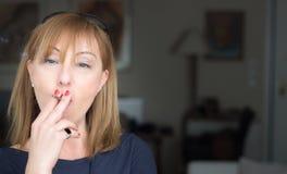 Mujer que fuma un cigarrillo Fotos de archivo