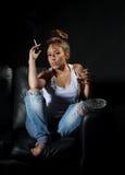 Mujer que fuma y que bebe alcohólica Fotos de archivo libres de regalías