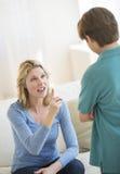 Mujer que gesticula mientras que regaña al hijo en casa Fotografía de archivo