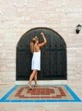 Mujer que golpea la puerta antigua de madera Fotografía de archivo libre de regalías